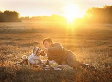 Vati unterrichtet seinen Sohn, im Sattel zu sitzen Lizenzfreie Stockfotografie