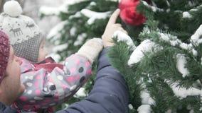 Vati zeigt Tochter eleganten Weihnachtsbaum stock video footage