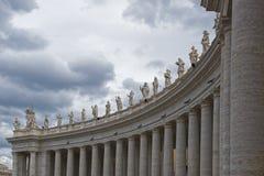 Vatican City detalj av de 162 statyerna av helgon royaltyfria foton