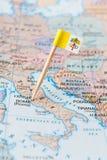 Vatican City flaggastift på en landsöversikt Arkivfoton