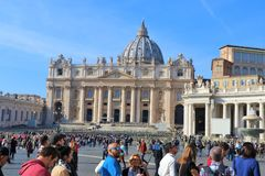 Vatican City folk besöker helgonet Peter Square arkivbild