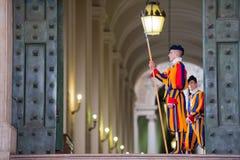VATICAN CITY ITALIEN - MARS 1, 2014: En medlem av den påvliga schweiziska vakten, Vaticanen Arkivfoto