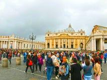 Vatican City - Maj 02, 2014: Folk som står i linje på ingången till domkyrkan av St Peter Arkivbild