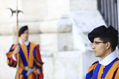 Vatican City Rome, Italien - Juli 10, 2017: Två soldater för schweizisk vakt står på helgonPeters Basilica den huvudsakliga ingån Fotografering för Bildbyråer