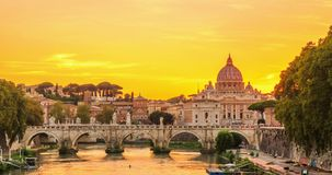 Vatican City som sett från den Tiber floden i dag till nattetidschackningsperiodvideoen lager videofilmer