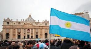 Folkmassan i St Peter kvadrerar för Angelus av Pope Francis mig Arkivbild