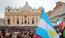Folkmassan i St Peter kvadrerar för Angelus av Pope Francis mig Royaltyfri Foto