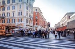 VATICAN CITY Vaticanen-Januari 6: Turister på fötter St Peter Royaltyfri Fotografi