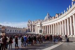 VATICAN CITY Vaticanen-Januari 6: Turister på fötter St Peter Royaltyfri Bild