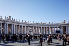 VATICAN CITY Vaticanen-Januari 6: Turister på fötter St Peter Royaltyfria Foton