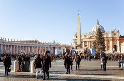 VATICAN CITY Vaticanen-Januari 6: Turister på fötter St Peter Arkivbild