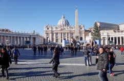 VATICAN CITY Vaticanen-Januari 6: Turister på fötter St Peter Arkivfoton