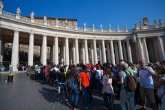 VATICAN CITY VATICANEN - September 13, 2016: Waitng turister i kö som önskar att besöka basilikan för St Peter ` s fotografering för bildbyråer