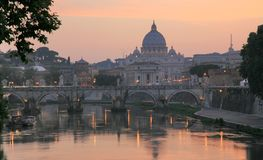 Vatican com a basílica e o Sant'Angel de Peter de Saint Foto de Stock
