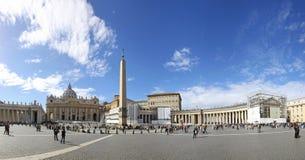 Os povos na Cidade do Vaticano esperam o conclave papal Imagens de Stock
