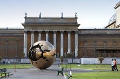 VATICAN- EL 20 DE SEPTIEMBRE: Yarda de la corte en Vatican Esculpa la yarda del globo ante el tribunal el 20 de septiembre de 201 Fotos de archivo libres de regalías