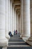 vatican Förälskade par mellan kolonnaderna Fotografering för Bildbyråer