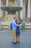 VATICAN, ITALIE - 13 JUIN 2015 : Couples non identifiés prenant des photos de selfie au milieu de la rue, derrière un gentil Images libres de droits