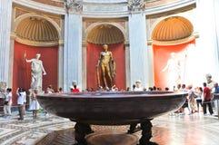 VATICAN-JULY 20 :有Herculeson铜雕塑的Sala Rotonda在7月20,2010的Pius柑桔博物馆在梵蒂冈,罗马, 库存照片