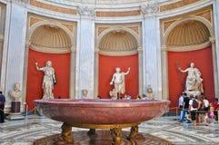 VATICAN-JULY 20 :有Herculeson铜雕塑的Sala Rotonda 7月20,2010的在梵蒂冈博物馆,罗马,意大利。 库存照片