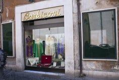 VATICAN - 20 SEPTEMBRE 2010 : magasin d'habillement pour des prêtres photographie stock