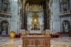 Vaticanen - 28 Augusti 2017: Altare med Berninis baldacchino Inre av basilikan för St Peter ` s arkivbild