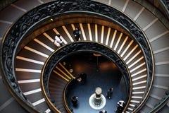Vaticanen - Februari 24, 2016: Folk som går ner de spiral staisna inom Vaticanenmuseerna royaltyfri bild