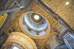 Vaticanen inre kupol av den St Peter domkyrkan arkivfoton