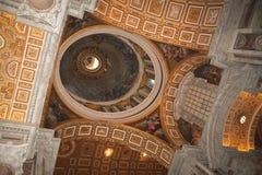 Vaticanen inre kupol av den St Peter domkyrkan arkivbild