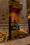 VATICANEN ITALIEN - JUNI 13, 2015: ApostelSt Peter staty inom den St Peter basilikan på Vaticano Fotografering för Bildbyråer