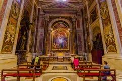 VATICANEN ITALIEN - JUNI 13, 2015: Gravvalvet av för John Paul basilikan i andra hand insidaVaticanen, en älskad påve runt om vär Arkivbilder