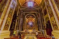 VATICANEN ITALIEN - JUNI 13, 2015: Gravvalvet av för John Paul basilikan i andra hand insidaVaticanen, en älskad påve runt om vär Fotografering för Bildbyråer