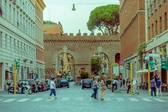 VATICANEN ITALIEN - JUNI 13, 2015: Historisk gata i Rome, innan att skriva in till Vatican City, folk som korsar gatan Royaltyfria Foton