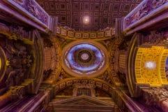 VATICANEN ITALIEN - JUNI 13, 2015: Taklägga den trevliga sikten av helgonet Peter Basilica på den Vaticano staden, historiska byg Arkivbilder
