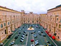Vaticanen - Maj 02, 2014: Museer en av borggårdarna med bilar Arkivfoton
