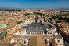 Vaticanentillstånd och S: fyrkant för t PeterÂs med staden av Rome fotografering för bildbyråer