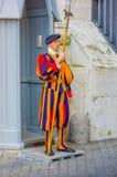 VATICANO, ITÁLIA - 13 DE JUNHO DE 2015: Protetor suíço fora da basílica no Vaticano O uniforme colorido e listrado considerou um Imagem de Stock