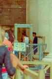 VATICANO, ITALIA - 13 DE JUNIO DE 2015: Gente que llega adentro a los museos del Vaticano, detector de metales en la entrada Foto de archivo libre de regalías