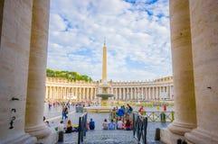 VATICANO, ITALIA - 13 DE JUNIO DE 2015: Gran visión fuera de la basílica del Vaticano, entre las columnas el obelisco y el founta Imagen de archivo