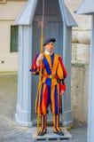 VATICANO, ITALIA - 13 DE JUNIO DE 2015: Guardia suizo fuera de la basílica en el Vaticano El uniforme colorido y rayado considera Imagen de archivo