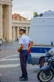 VATICANO, ITALIA - 13 DE JUNIO DE 2015: Policía italiana elegante que se prepara, al lado de un coche y de un moto Uniforme azul Fotografía de archivo libre de regalías