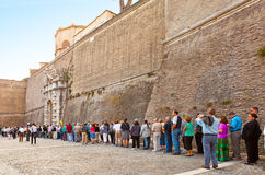 VATIKAAN 20 SEPTEMBER: Het wachten van de menigte om Vati in te gaan Stock Fotografie