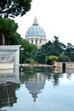 Vatikaan op een mooie dag, mooie bezinning Royalty-vrije Stock Foto's