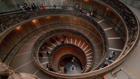 VATIKAN, РИМ, ITALY-29 Известная историческая винтовая лестница 01 в Ватикане Touristic толпа двигая вниз Промежуток времени видеоматериал