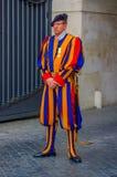 VATIKAN, ITALIEN - 13. JUNI 2015: Mann mit typischer Uniform des Schweizer Schutzes an Vatikan-Land, buntes gestreiftes Stockbild