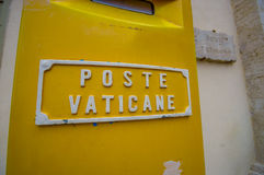 VATIKAN, ITALIEN - 13. JUNI 2015: Packen Sie Posten von Vatikanstadt, gelbe Farbe mit weißen Buchstaben auf Wand ein Lizenzfreie Stockfotografie