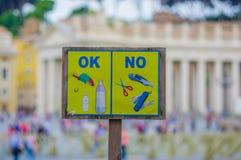 VATIKAN, ITALIEN - 13. JUNI 2015: Wenig Zeichen bevor dem Hereinkommen zu Vatikan-Museen und -kirche Stockfotografie