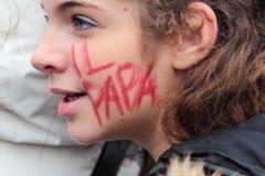 """Junges italienisches zuverlässiges mit """"dem Papst"""" geschrieben auf die Backe Lizenzfreie Stockfotos"""