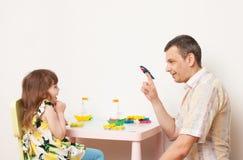 Vatispiele mit Tochter in den Spielschiffen Stockfoto