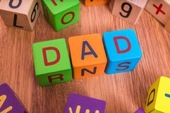 Vatiwort geschrieben mit bunten Würfeln mit Buchstaben Stockfotografie